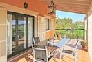 Große überdachte Terrasse mit Esstisch