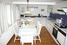 Gemütliche Küche mit Essplatz für 6 Personen