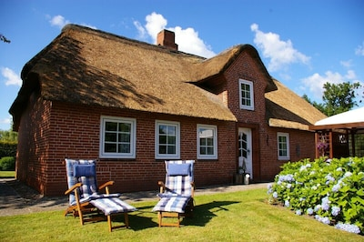 Charmantes Reetdachhaus mit gepflegtem Garten