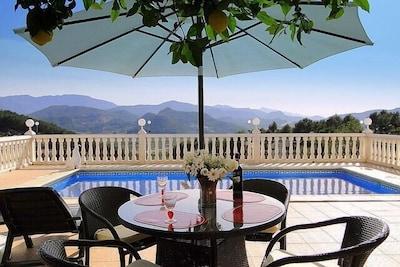 Terrasse, Pool und Ausblick über Monterrey