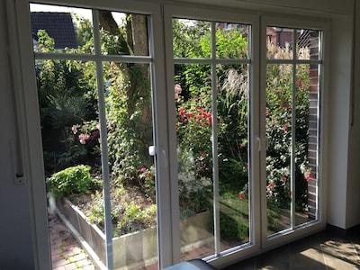 Die bodentiefen Fenster öffnen den Weg auf die sonnige Terrasse