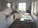 Der integrierte Küchenbereich ist komplett ausgestattet