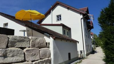 Das Haus liegt an einem ruhigen Weg in unmittelbarer Nähe zur Burg.