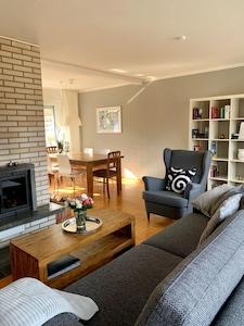 Das Wohnzimmer mit Rundum-Wohlfühl-Ausstattung, gemütlicher Sitzbereich, Kamin