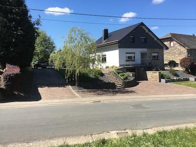 Hauptansicht des Hauses mit Blick auf die zahlreichen Parkmöglichkeiten