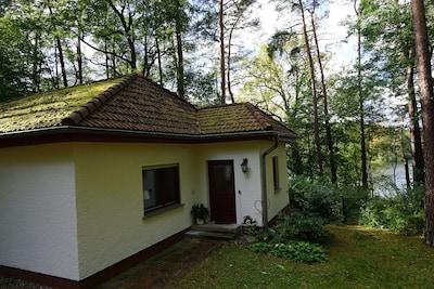 Kleines Haus am See mit Zugang zum Waldweg und See/Steg