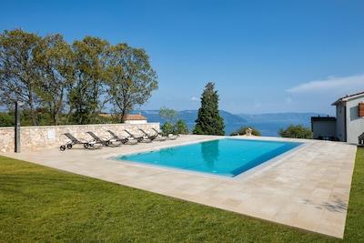 Swimmingpool mit Blick aufs Meer und Insel Cres
