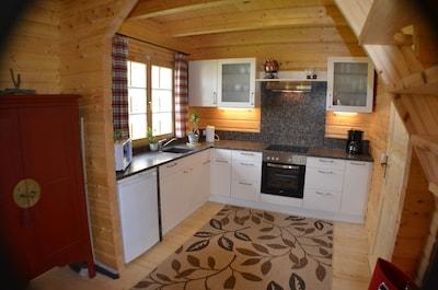 Großzügige Küche mit Steinarbeitsplatte