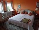 Schlafzimmer 1. Stock (Doppelbett und ein Sofa; Bild 3)