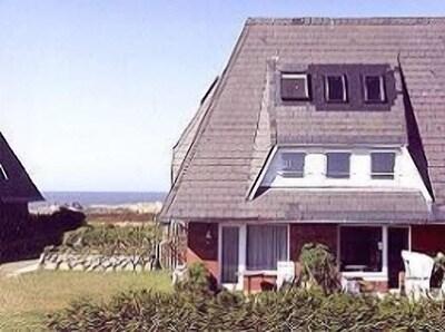 Wohnung rechts mit Strandkorb auf der Terrasse