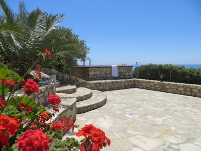 Blick von der Panoramaterrasse auf den Pool