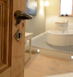 Ein Blick ins Bad mit seinen alten Türen und wunderschönen Bodenbelägen.