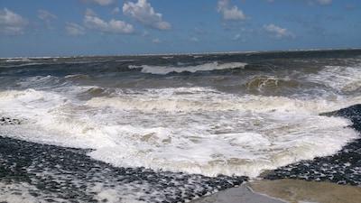 Bei Sturm ist Baltrum durch die neue Strandmauer bestens geschützt