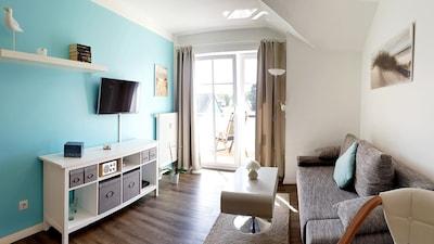 Gemütliches Wohnzimmer mit Balkonzugang