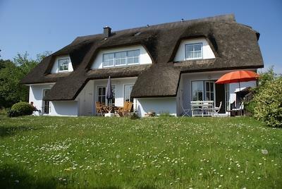 """Gartenansicht des Ferienhauses - rechts die Ferienwohnung """"Backbord"""""""