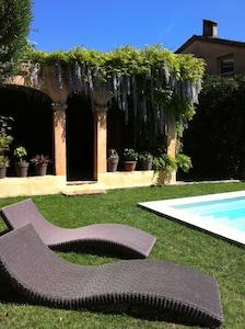Jolie maison spacieuse avec piscine dans un emplacement central, calme et idyllique