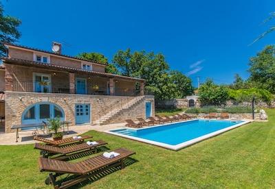 Großer Pool in einem privaten Garten