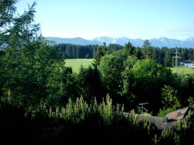 Ausblick vom Haupthaus zur Hochplatte, Ammergauer Berge, unten das Gartenhaus
