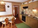 Wohnküche, typisch für Bayern, die Tür geht zum Wohnschlafraum