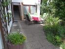 Ostterrasse, 5 m Treppe zum Parkplatz, ein kühleres und ruhiges Garten-plätzchen