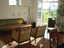 Wohnzimmer mit Sitzgruppe und Blick in die Natur