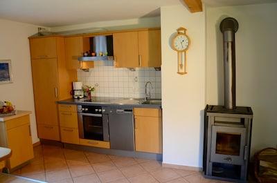Küchenzeile mit gemütlichem Kaminofen