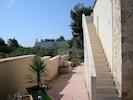 linke Hausseite mit Treppe zur Dachterrasse