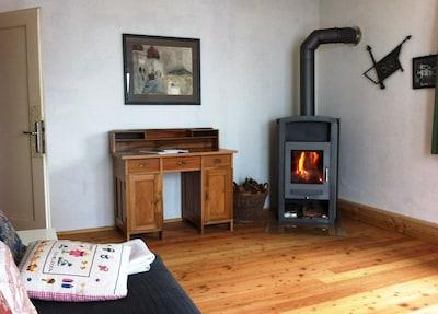 Ein wärmendes Feuer im Kamin im Wohnzimmer