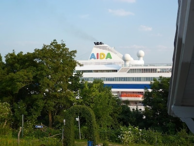 Blick vom Balkon - Kreuzfahrer AIDA auf dem Nord - Ostsee - Kanal