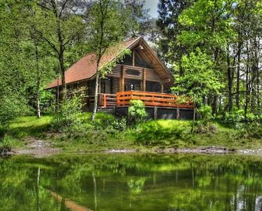 Idyllisch am kleinen Waldsee gelegen