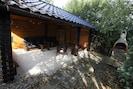 Grillhütte mit festem Außengrill.