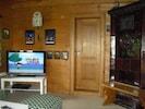 Wohnzimmer mit Kachelofen und Flachbildschirm