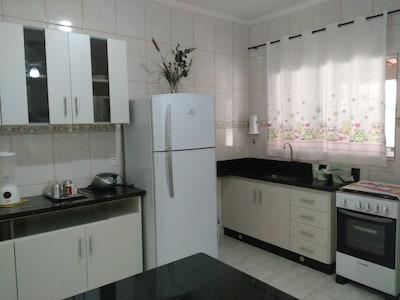 Casa confortável e aconchegante com 1 dormitório, mobiliada, cozinha completa.