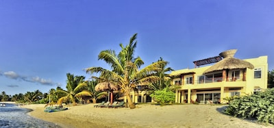 Beach front of house. Maison cote mer.