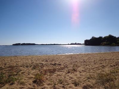 petite plage sur la ria à 150m
