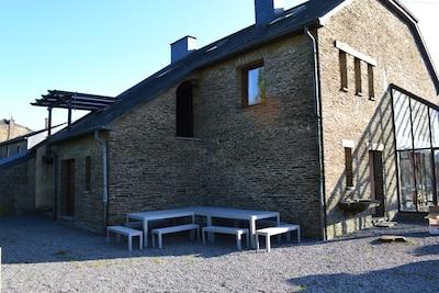 La façade arrière avec les meubles de jardin pour profiter du barbecue