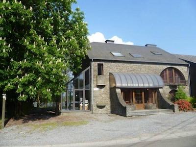 La Boulangerie - façade avant avec son parking extérieur