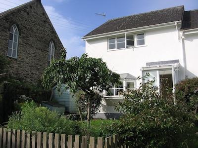 House in Borth-y-Gest, Porthmadog.  Close to beach. Sleeps 4. Pets welcome.