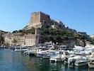 La citadelle surplombe le port de plaisance