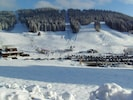 Sites LA SERRA à 3 km : pistes de ski alpin, ski de fond et cours de ski ESF.