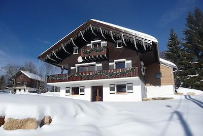 Chalet le Télémark en hiver, au village tout en étant dans la nature.