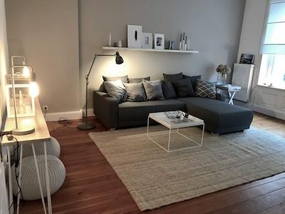 Großes Wohnzimmer mit Schlafsofa