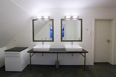 Doppelwaschtisch Bad OG mit Eckbadewanne
