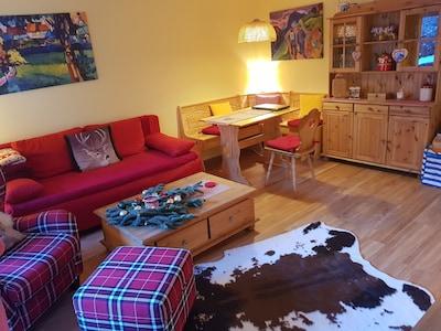 Wohnzimmer mit Schlafsofa und Essecke