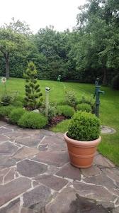 von unserer  Terrasse Blick in den Garten