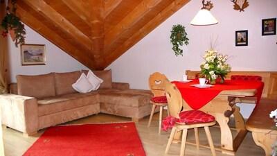 Couch und Sitzecke im Wohnzimmer
