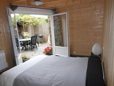 chambre rdc avec accès sur terrasse