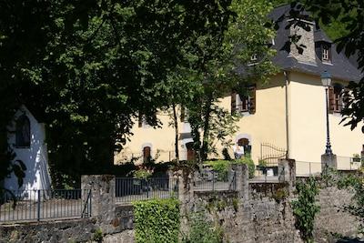la maison avec jardin arboré