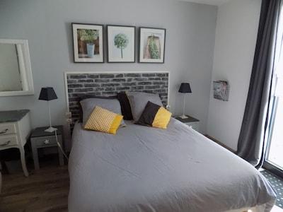 Chambre avec lit double donnant sur terrasse et jardin au calme