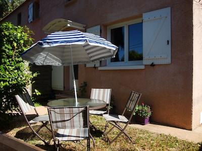 Espace repas extérieur à l'avant du logement